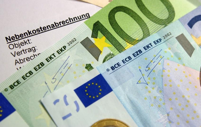 Geldscheine und eine Kosten-Abrechnung