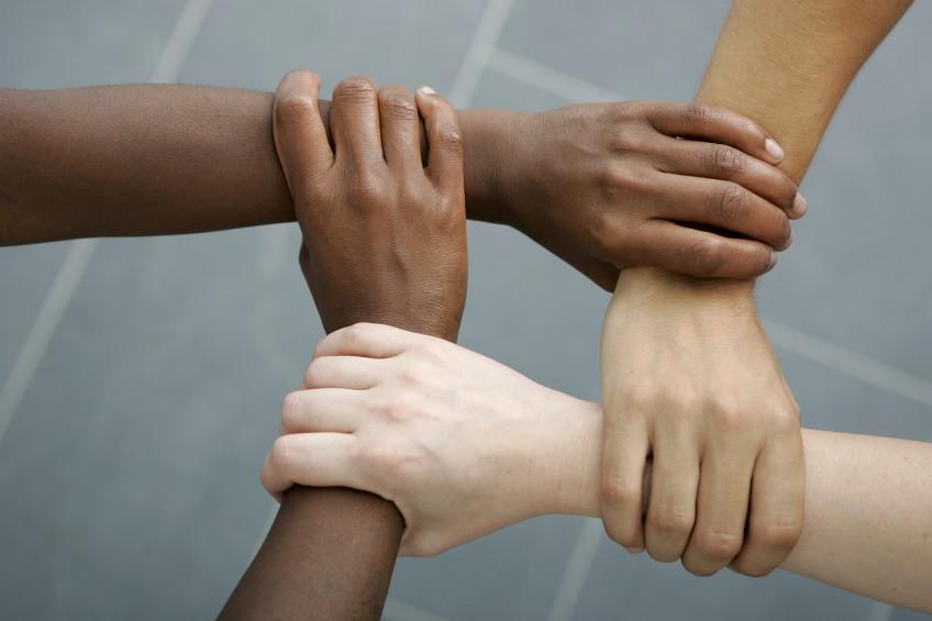Verbundene Arme und Hände
