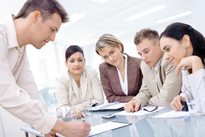 Über Immobilienverwaltung diskutieren mehrere Personen.