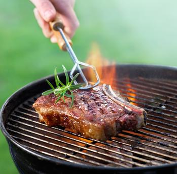 Ein Stück Fleisch wird gegrillt - beispielsweise von einem Wohnungseigentümer