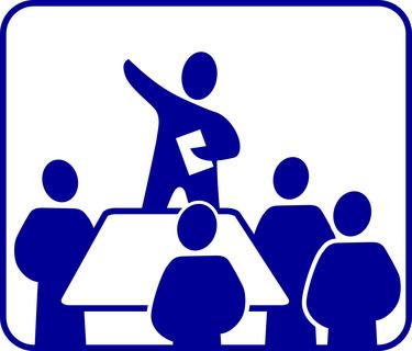 Eine Eigentümerversammlung debattiert über die WEG-Verwaltung.