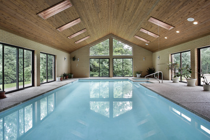 Ein großes Schwimmbad wie dieses müssen Wohnungseigentümer nicht immer mitbezahlen.